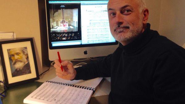 Photo de Frédéric annotant une partition