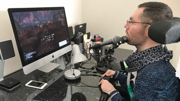 Photo de Kousha Kazemzadeh, cofondateur de Capgame et atteint de myopathie, jouant à son jeu vidéo préféré