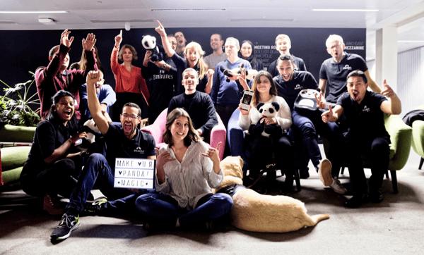 Photo de l'équipe PANDA avec tous les particpants au PANDAfterwork qui sourient et lèvent les bras en l'air (sans oublier Mystère et Flocon, les chiens-guides de Meryem et Magali) et bien sûr nos nombreuses peluches de pandas