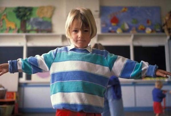 Photo d'enfant qui fait l'avion avec ses bras